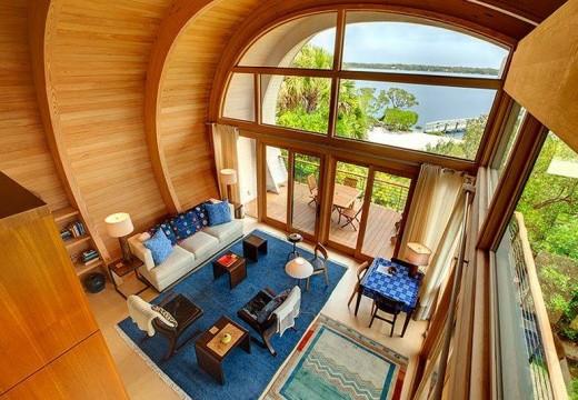 Fabulosa vivienda de madera con techo curvo