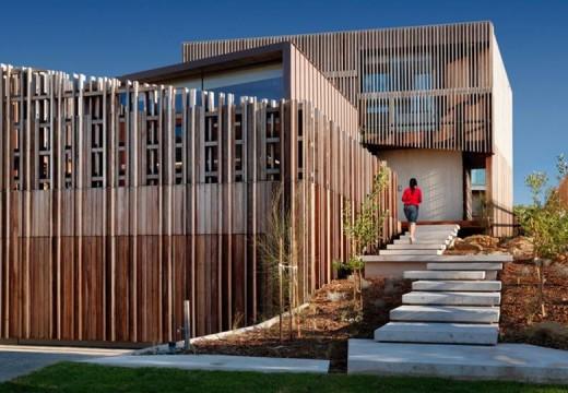 La madera es protagonista absoluta en una casa de playa australiana