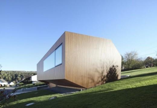 Madera, concreto y cristal se unen para lograr una vivienda de alta eficiencia energética.