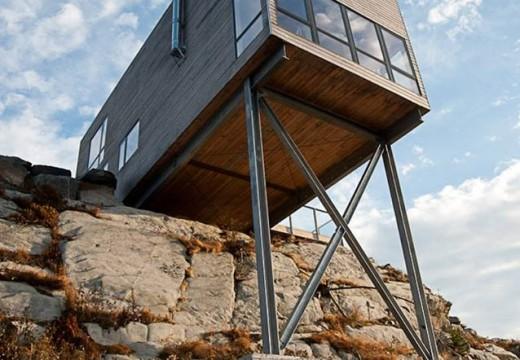 Cabaña minimalista de madera de pino parece flotar sobre el océano Atlántico