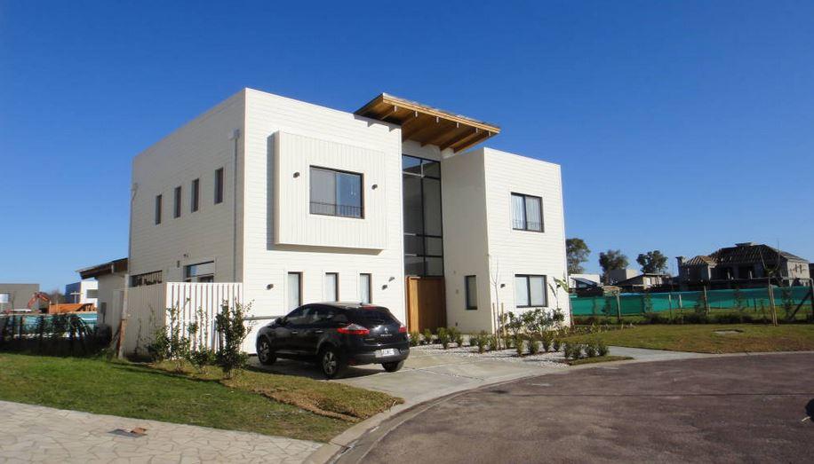 Argentina casa de estilo moderno con estructura de madera for Fachadas de casas de barrio
