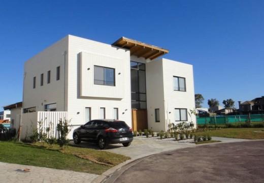 Argentina: casa de estilo moderno con estructura de madera deslumbra en barrio cerrado de Pilar