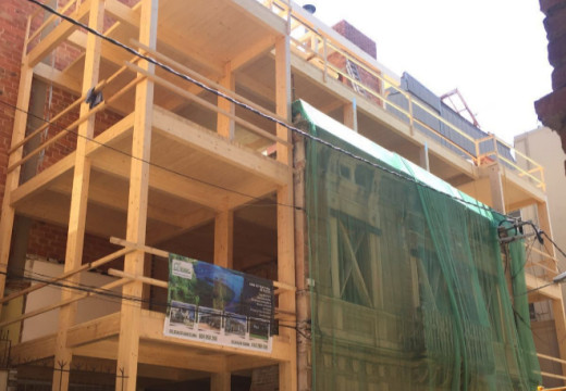Un edificio de madera crece en el centro de Barcelona