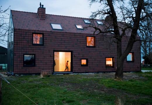 Holanda: con tableros CLT, construyen una fabulosa vivienda que emula a un granero del siglo XIX