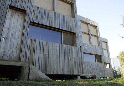 URUGUAY: Simplicidad, Austeridad y Economía de recursos para una acogedora casa de madera en La Pedrera