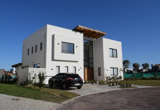 Argentina: construyen impactante vivienda sustentable de 300 m2 con sistema de bastidores de madera