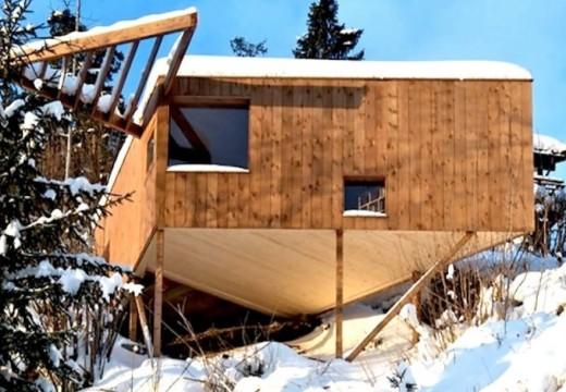 Noruega: pequeña cabaña minimalista cuelga de una colina y sirve de inspiración a su propietario