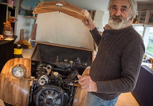 Curiosidad en Francia: la primera réplica de un auto clásico totalmente en madera