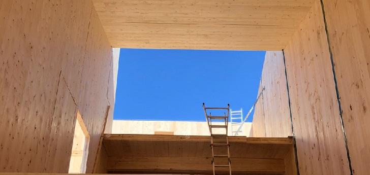 ESPAÑA: en solo 4 días y con tableros de madera CLT, construyen estructura de viviendas sostenibles de 174 m2 y tres plantas