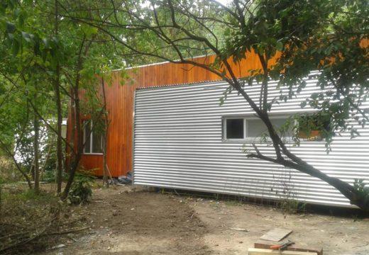 Buenos Aires. En Pilar se luce una pequeña vivienda sustentable con estructura de bastidores de madera